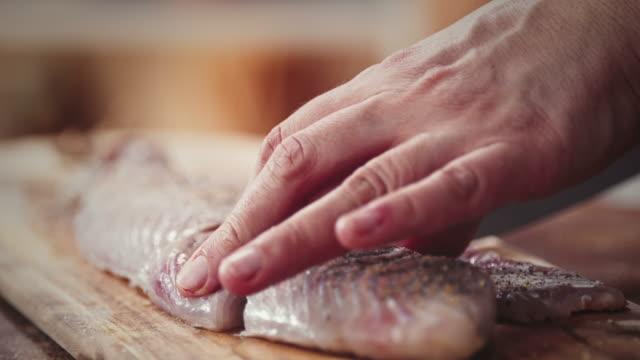 準備新鮮なアラスカ ポロック の切り身 - タラ点の映像素材/bロール
