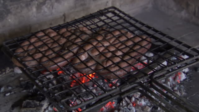 vidéos et rushes de cu preparing fresh food over open grill / western cape, south africa - république d'afrique du sud
