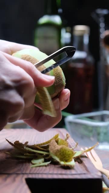 stockvideo's en b-roll-footage met verse fruitsalade bereiden met grapefruit, peer en kiwi - schil