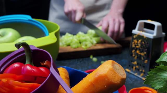 vídeos de stock, filmes e b-roll de preparação de vegetais frescos - aipo