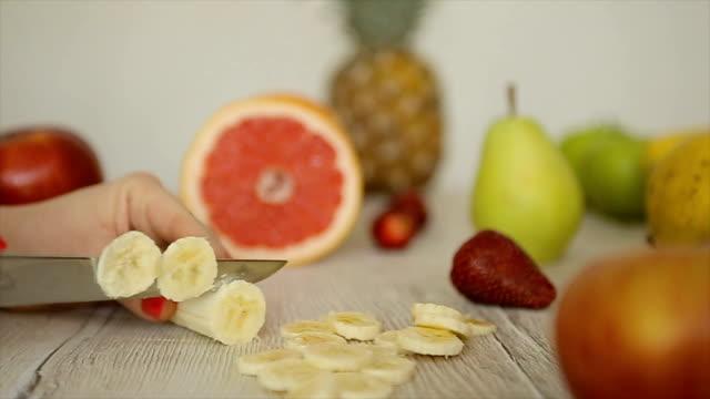 vídeos y material grabado en eventos de stock de preparación de frutas en la cocina, el rodillo b - potasio