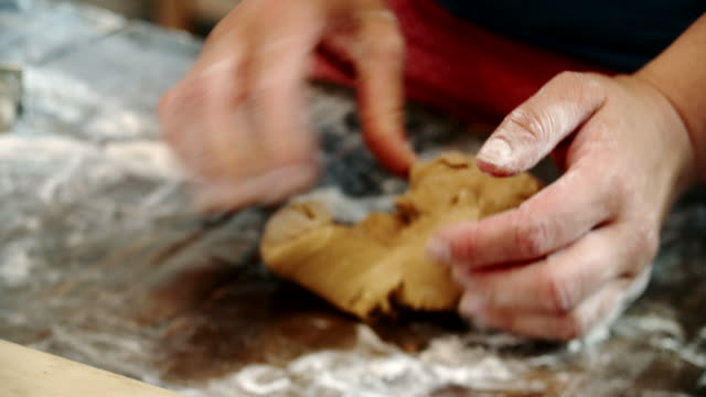 vídeos de stock, filmes e b-roll de preparar biscoitos de gengibre na cozinha doméstica - rolo de pastel