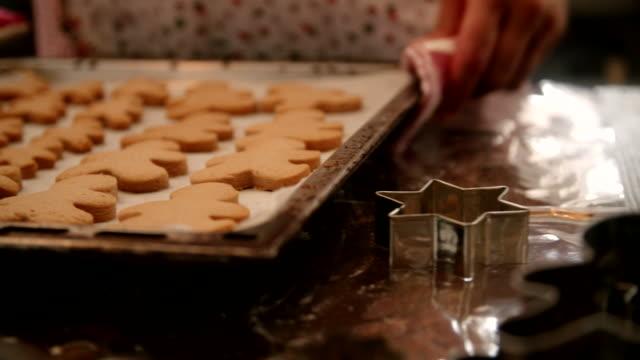 vídeos y material grabado en eventos de stock de preparar galletas de jengibre en la cocina doméstica - repostería