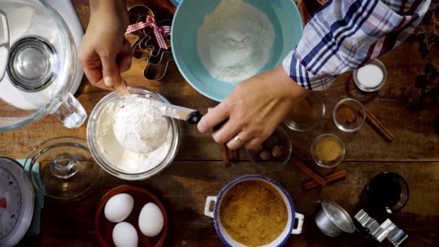 vídeos de stock, filmes e b-roll de preparar a massa de pão de gengibre para o cozimento do natal - rolo de pastel
