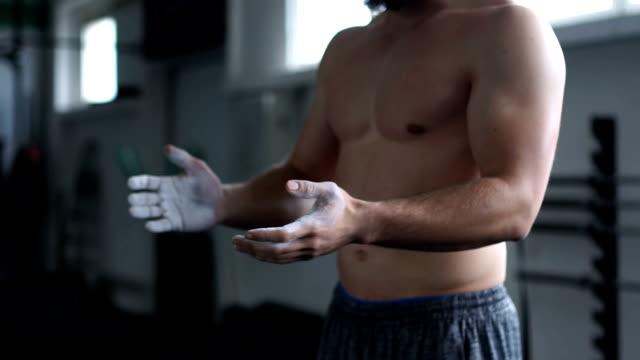 vídeos y material grabado en eventos de stock de preparando las manos para la formación - magnesio