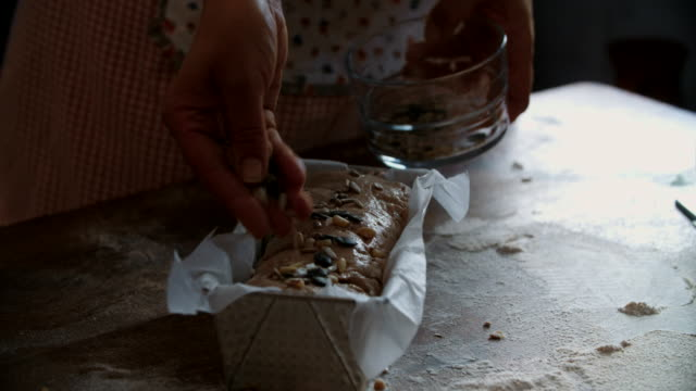 vídeos de stock e filmes b-roll de preparing healthy seed bread - pão de fermento
