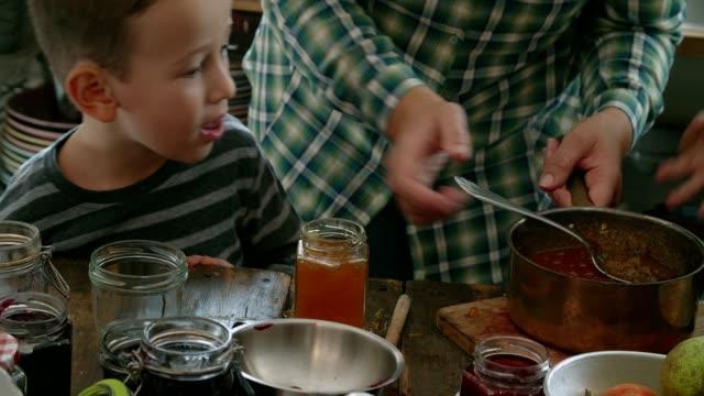 vídeos de stock, filmes e b-roll de preparação de geleia de damasco caseira e canning em frascos - geleia