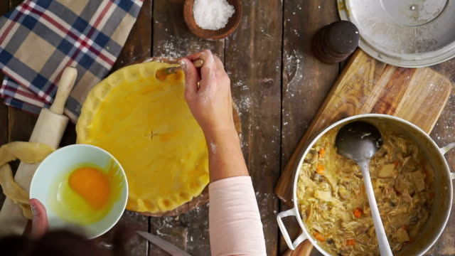 Zelfgemaakte kip vlees Pie voorbereiden
