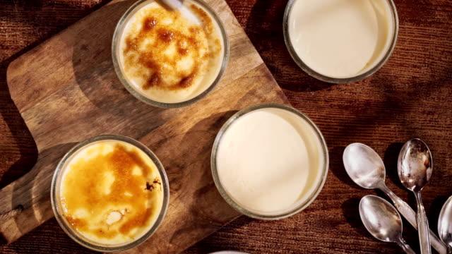 準備自家製クレムブリュレ、ベリー - カスタードクリーム点の映像素材/bロール