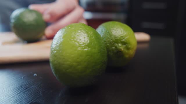自家製フルーツレモネードの準備 - ライム点の映像素材/bロール