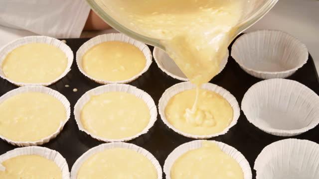 preparing homemade muffins - sn�� bildbanksvideor och videomaterial från bakom kulisserna