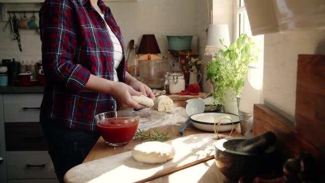 Hausgemachte Pan Pizza in der heimischen Küche vorbereiten