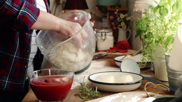 hausgemachte pan pizza in der heimischen küche vorbereiten - italian culture stock-videos und b-roll-filmmaterial