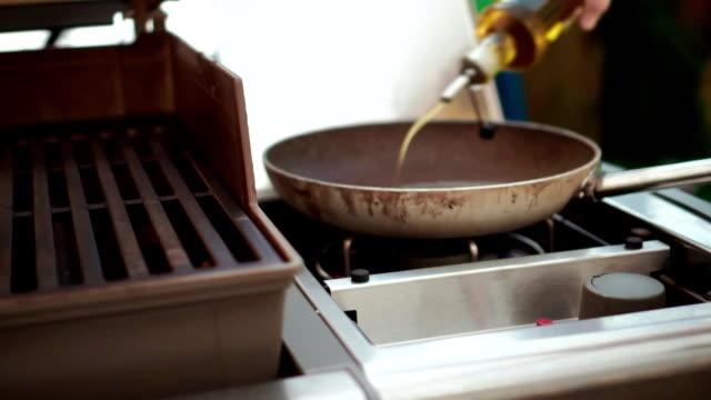 stockvideo's en b-roll-footage met voorbereiding van zelfgemaakte sesam brood - volkorentarwe