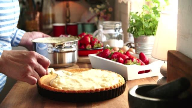 vídeos y material grabado en eventos de stock de preparación de torta de fresa hecha en casa con leche y fresas frescas - pastel dulce