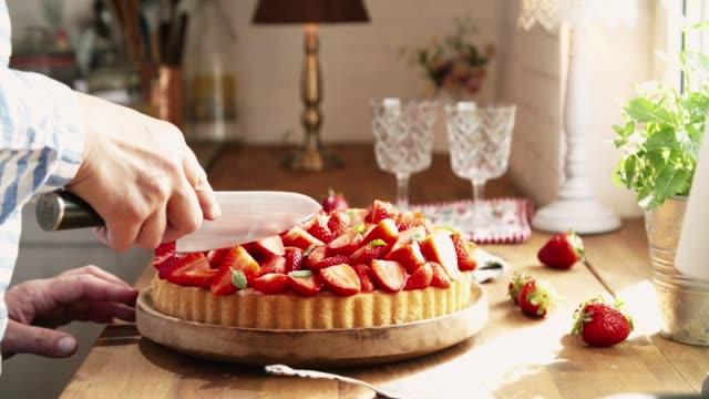 プリンと新鮮な苺を自家製のイチゴのケーキを準備してください。 - タルト点の映像素材/bロール