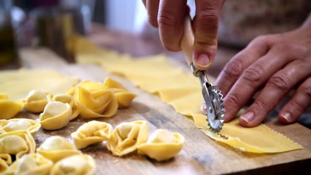 hausgemachte tortellini pasta vorbereiten - etwas herstellen stock-videos und b-roll-filmmaterial