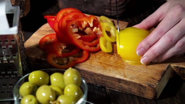 vídeos de stock e filmes b-roll de preparing homemade vegetarian pizza - ingrediente