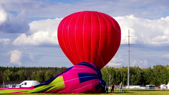 vídeos de stock e filmes b-roll de preparação de balões de ar quente de voo - encher atividade
