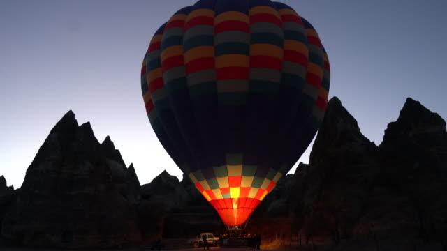vídeos de stock, filmes e b-roll de preparação de balões de ar quente para voar na capadócia - capadócia