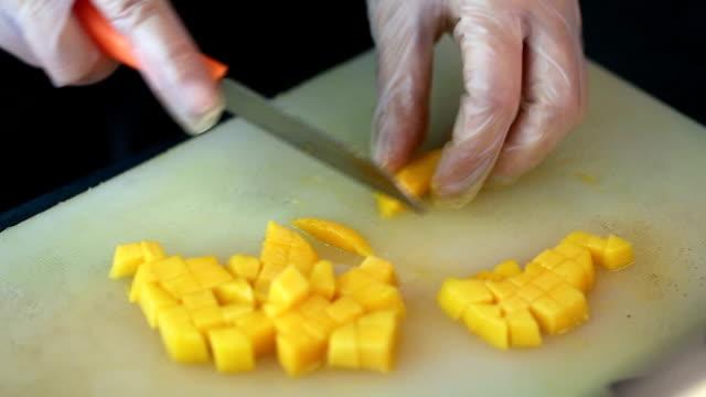 vídeos y material grabado en eventos de stock de preparar postre de mango en el país - mango fruta tropical