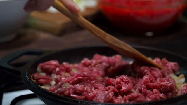 肉の準備 - 調理用へら類点の映像素材/bロール