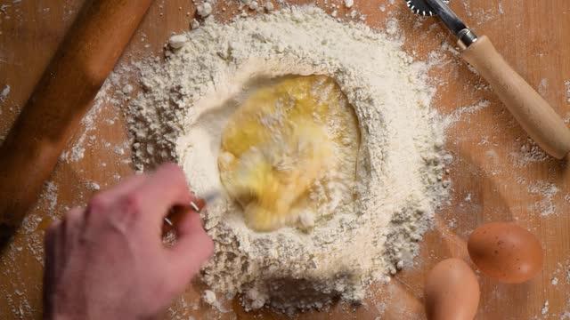 vídeos de stock e filmes b-roll de preparing pasta with egg - feito em casa