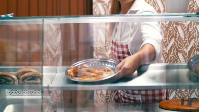 vídeos de stock e filmes b-roll de preparing pastry in bakery - arranjo