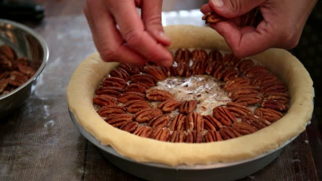 vídeos y material grabado en eventos de stock de preparar tarta de pacana para las fiestas - pastel dulce