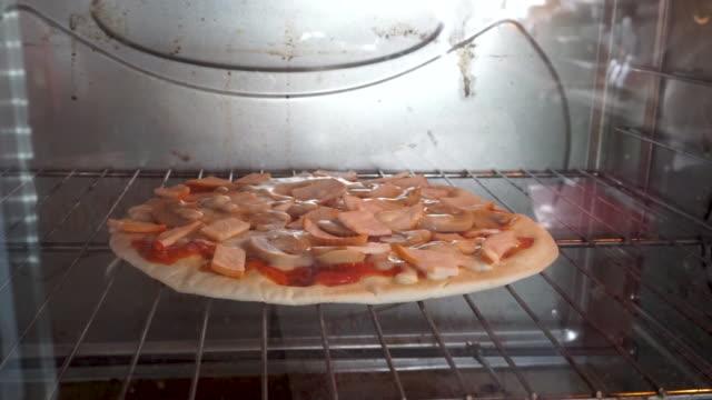 pizza im ofen vorbereiten - eingefroren stock-videos und b-roll-filmmaterial