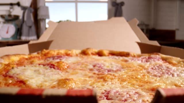 stockvideo's en b-roll-footage met pizza bereiden met prosciutto ham en verse basilicum in binnenlandse keuken - ingrediënt