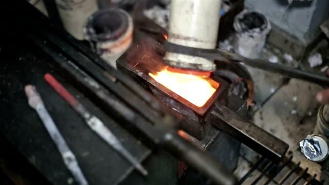 vídeos de stock, filmes e b-roll de preparação de metais preciosos para a reformulação - fundir técnica de vídeo