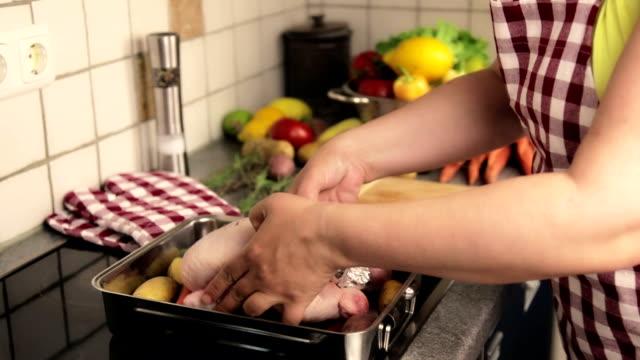 vídeos y material grabado en eventos de stock de preparación de pollo asado - muslo de pollo carne