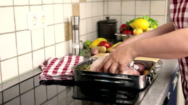 vídeos y material grabado en eventos de stock de preparación de pollo asado - grupo mediano de objetos