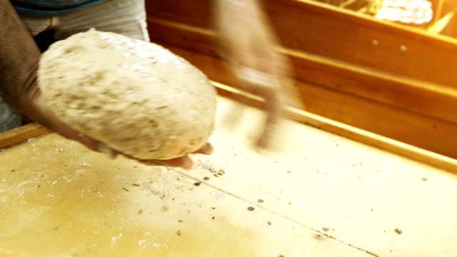 vidéos et rushes de la préparation du pain foncé et rustique, ce qui leaven - culture allemande