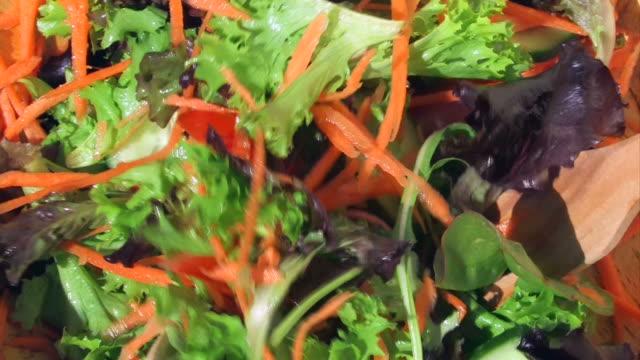 vídeos de stock, filmes e b-roll de preparando salada - garfo