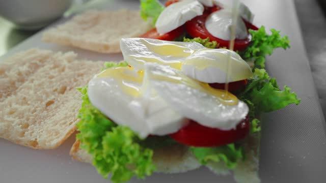 vídeos y material grabado en eventos de stock de preparación del sándwich - preparación de alimentos