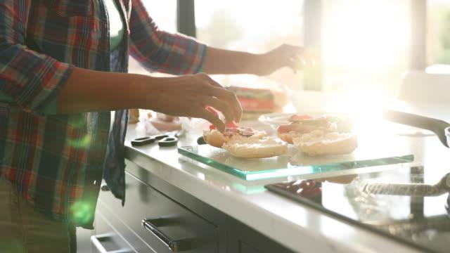 preparing sandwiches - サンドイッチ作り点の映像素材/bロール