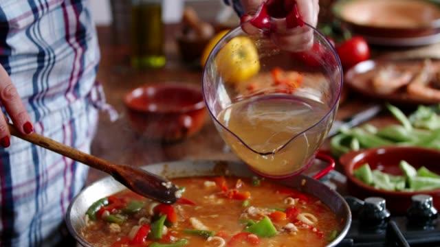 エビ、イカ、ムール貝、緑の豆、パプリカとシーフードのパエリアを準備中 - パエリヤ点の映像素材/bロール