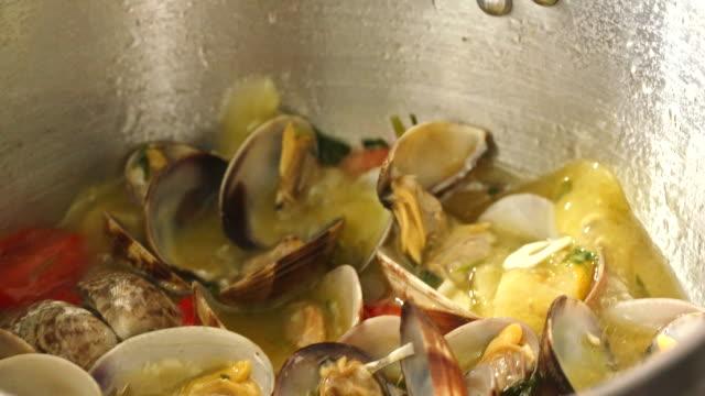 スパゲティ アラ ボンゴレ 準備 - ムール貝点の映像素材/bロール