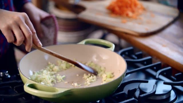 preparing tagliatelle pasta with vegan bolognese and bella lodi cheese - tagliatelle video stock e b–roll