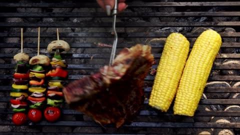 vídeos y material grabado en eventos de stock de preparando bistec de t-bone y brochetas de pollo en la parrilla de barbacoa - asado alimento cocinado