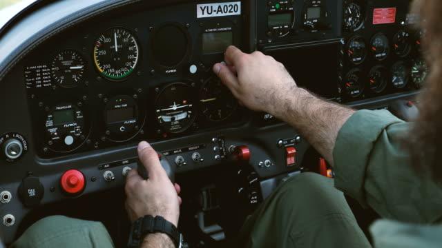 vorbereitung auf den flug - luftfahrzeug stock-videos und b-roll-filmmaterial