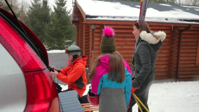 preparing to ski with her daughter - skiing stock videos & royalty-free footage