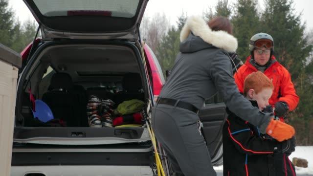 Preparando para esquí con su hija