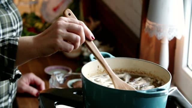 vorbereitung tom yum goong nam kon thai-suppe mit garnelen, enoki-pilze und frischem chili - essen zubereiten stock-videos und b-roll-filmmaterial