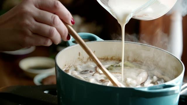 Vorbereitung Tom Yum Goong Nam Kon Thai-Suppe mit Garnelen, Enoki-Pilze und frischem Chili