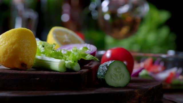 トマトとキュウリのサラダの準備 - 酢点の映像素材/bロール