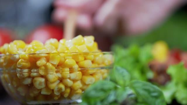 ビーガンブリトーの準備 - 野菜 とうもろこし点の映像素材/bロール