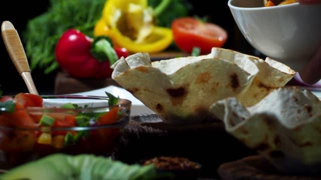 vídeos y material grabado en eventos de stock de preparando ensalada de taco vegano - aguacate